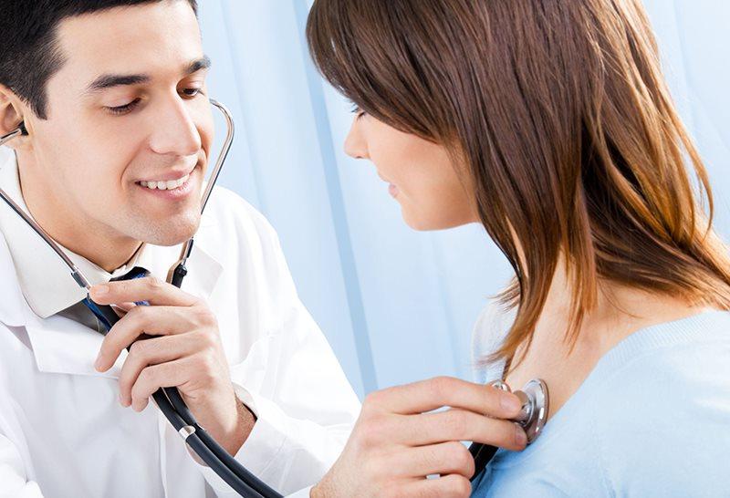 Nghe tim bằng ống nghe giúp phát hiện tiếng thổi tim ở người bệnh van tim